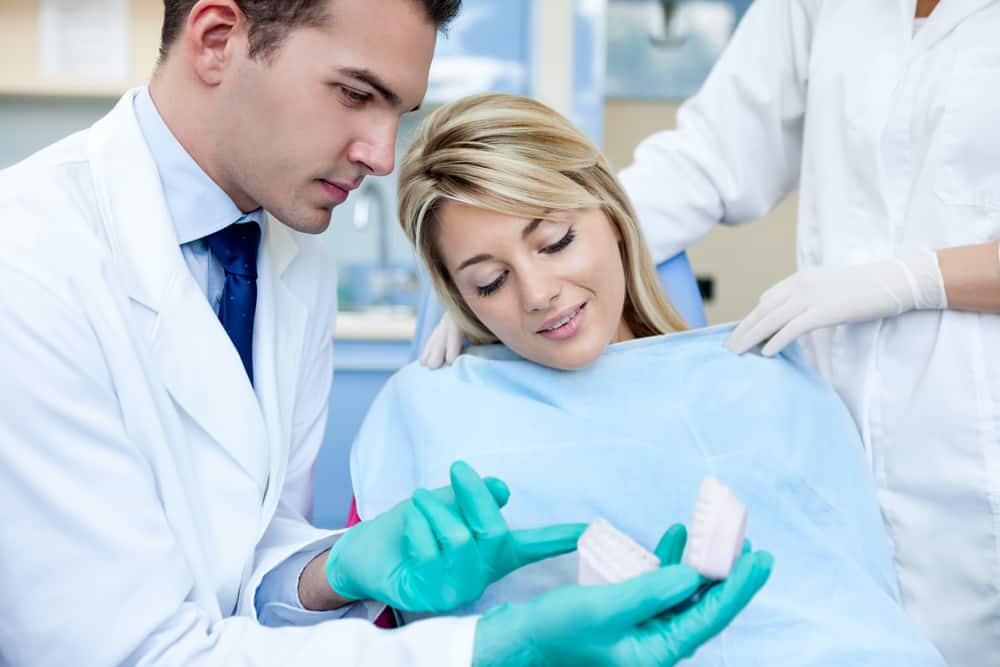 איך מתבצעת השתלת השיניים?